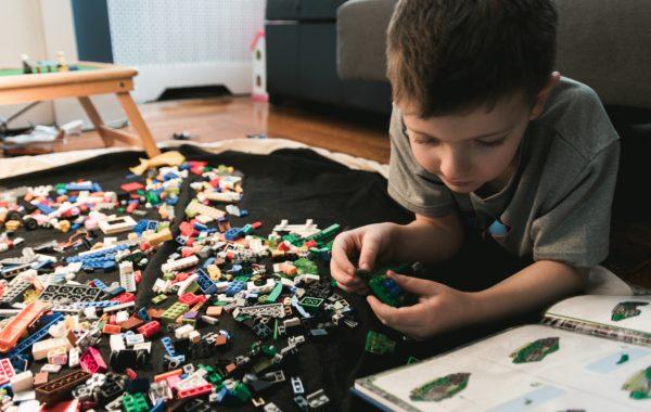 レゴで遊ぶ男の子